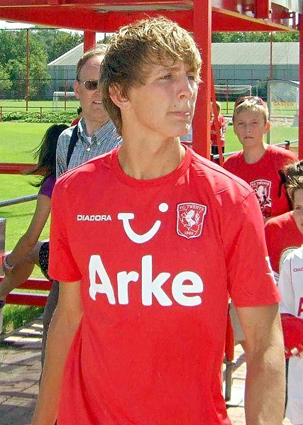 Soccer-Dutch striker de Jong out of Euros after training ground injury
