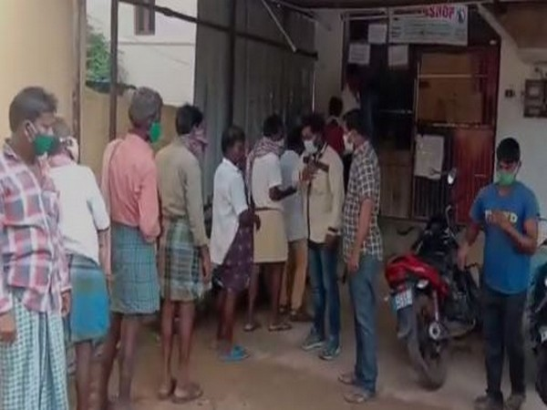 Liquor shops opened in containment zones in Srikalahasti town of Andhra's Chittoor