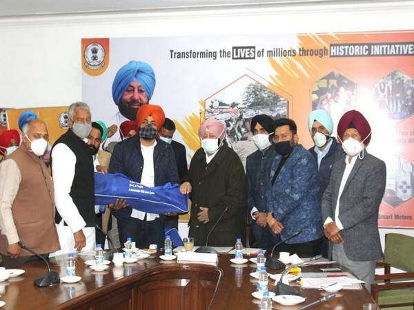 Amarinder Singh distributes 2,500 sports kits to youth in Punjab