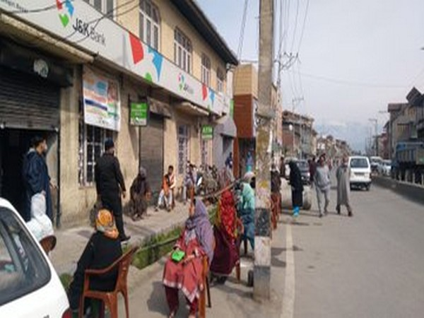 Sunday market in Srinagar reopens after remaining closed for eight months