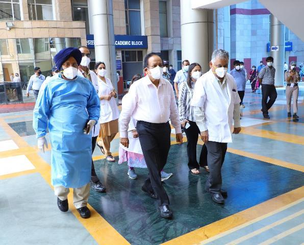 Dr Harsh Vardhan reviews COVID19 management preparedness of Dr RML Hospital