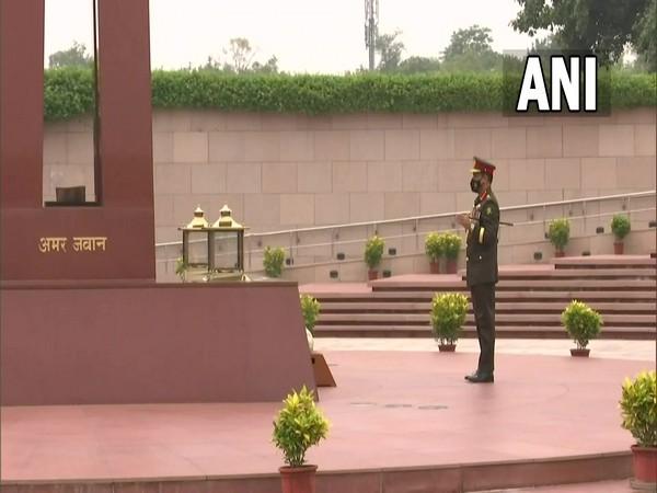 Bangladesh Army Chief pays tributes at National War Memorial in New Delhi