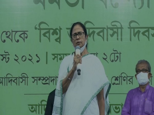 Mamata visits temple in Bhabanipur, prays for destruction of 'divisive forces'