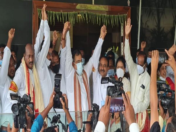 'Etela Rajender to take up BJP flag very soon'