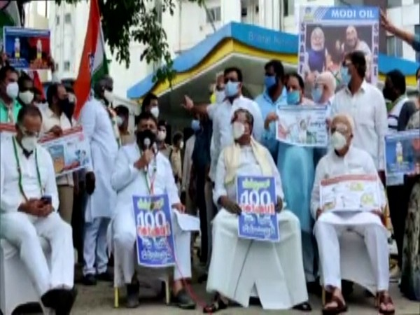 Karnataka: Shivakumar, Siddaramaiah arrested during Congress' '100 Not Out' protest against fuel price hike