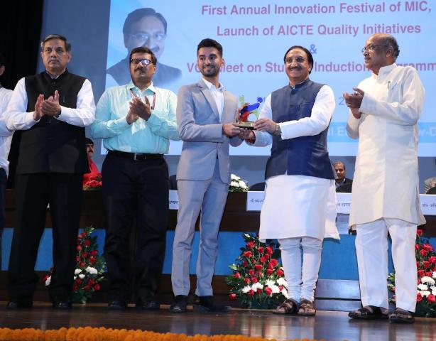 HRD Minister attends Innovation Festival of MHRD's Innovation Cell