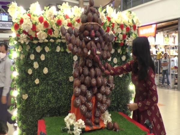 Surat woman makes Ganesha idol with 201 coconuts