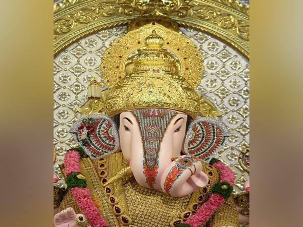 Devotee offers 10 kg gold crown to Pune's Dagdusheth Halwai Ganpati