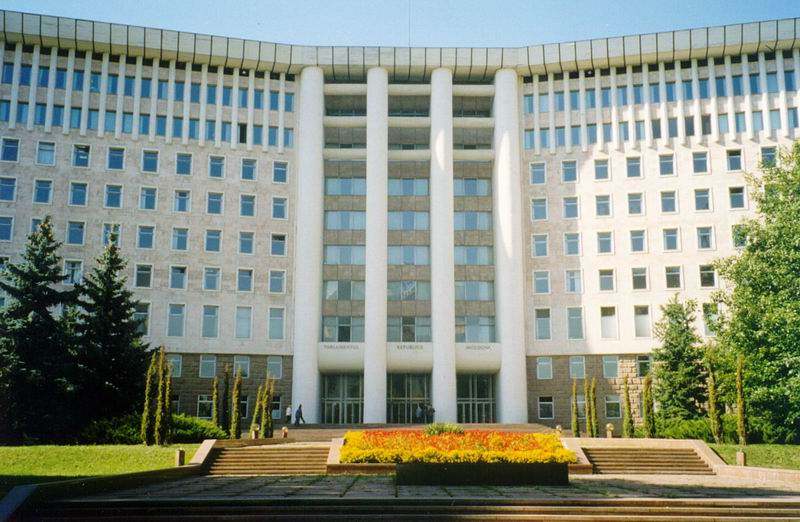 UPDATE 1-Moldova's Democratic Party dissolves government to end crisis