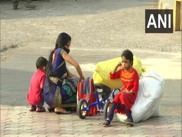 Fearing lockdown amid COVID spike, some migrant workers begin leaving Delhi