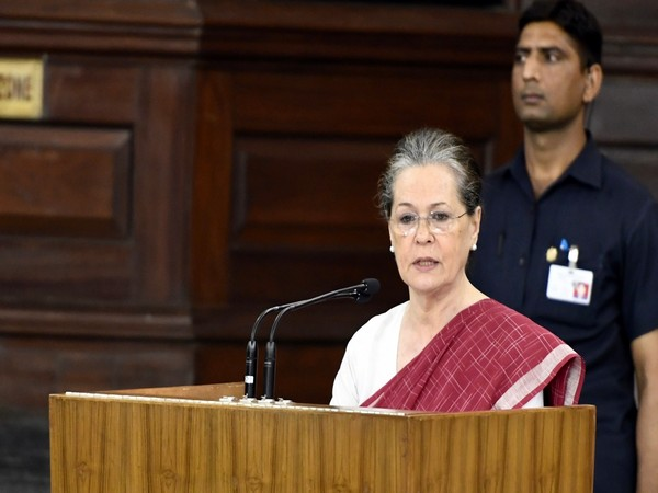Sonia meets CMs of Congress-ruled states, takes stock of performance