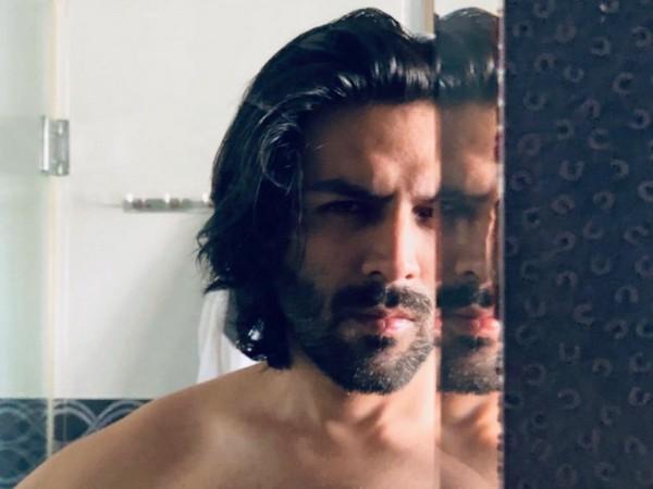 Kartik Aaryan shares smouldering mirror selfie