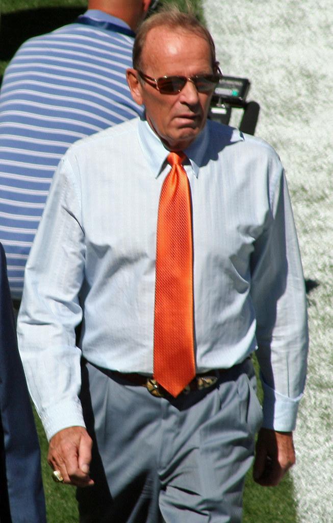Denver Broncos owner Bowlen dies after Alzheimer's struggle