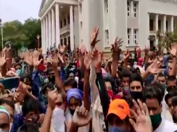 Karnataka: Migrant workers in Mangalore hold protest ask Jharkhand govt for trains to take them back home
