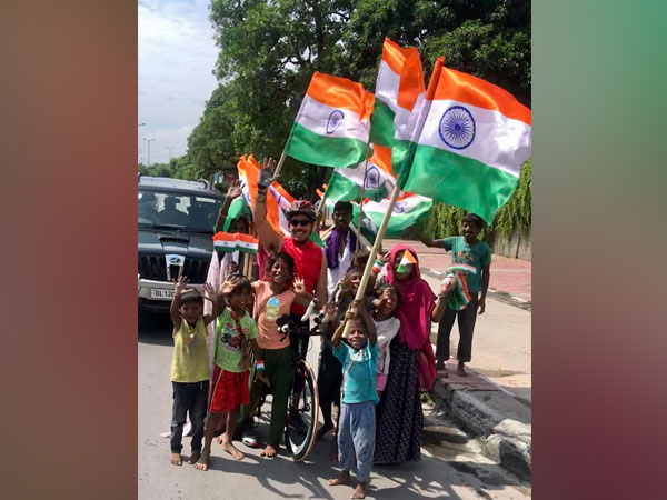 During morning workout, Robert Vadra poses with flag sellers on I-Day