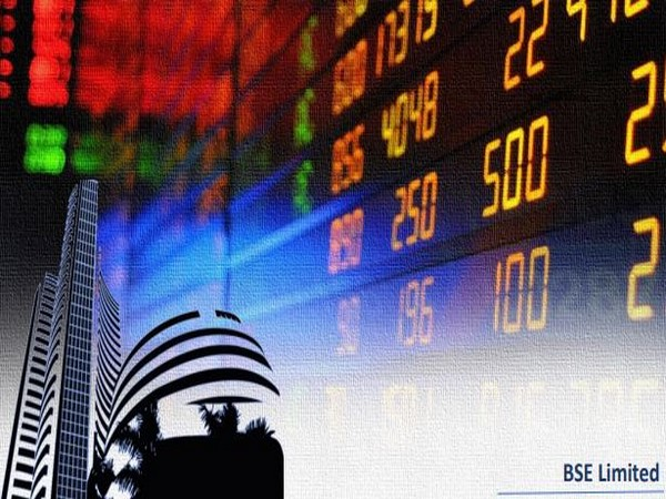 Sensex drops by 400 points, IT and pharma stocks drag