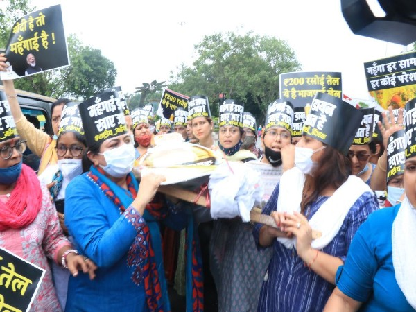 Mahila Congress protests against rising prices of cooking oil