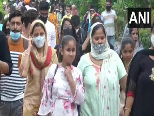 People flout COVID-19 norms at Bangla Sahib Gurudwara in Delhi