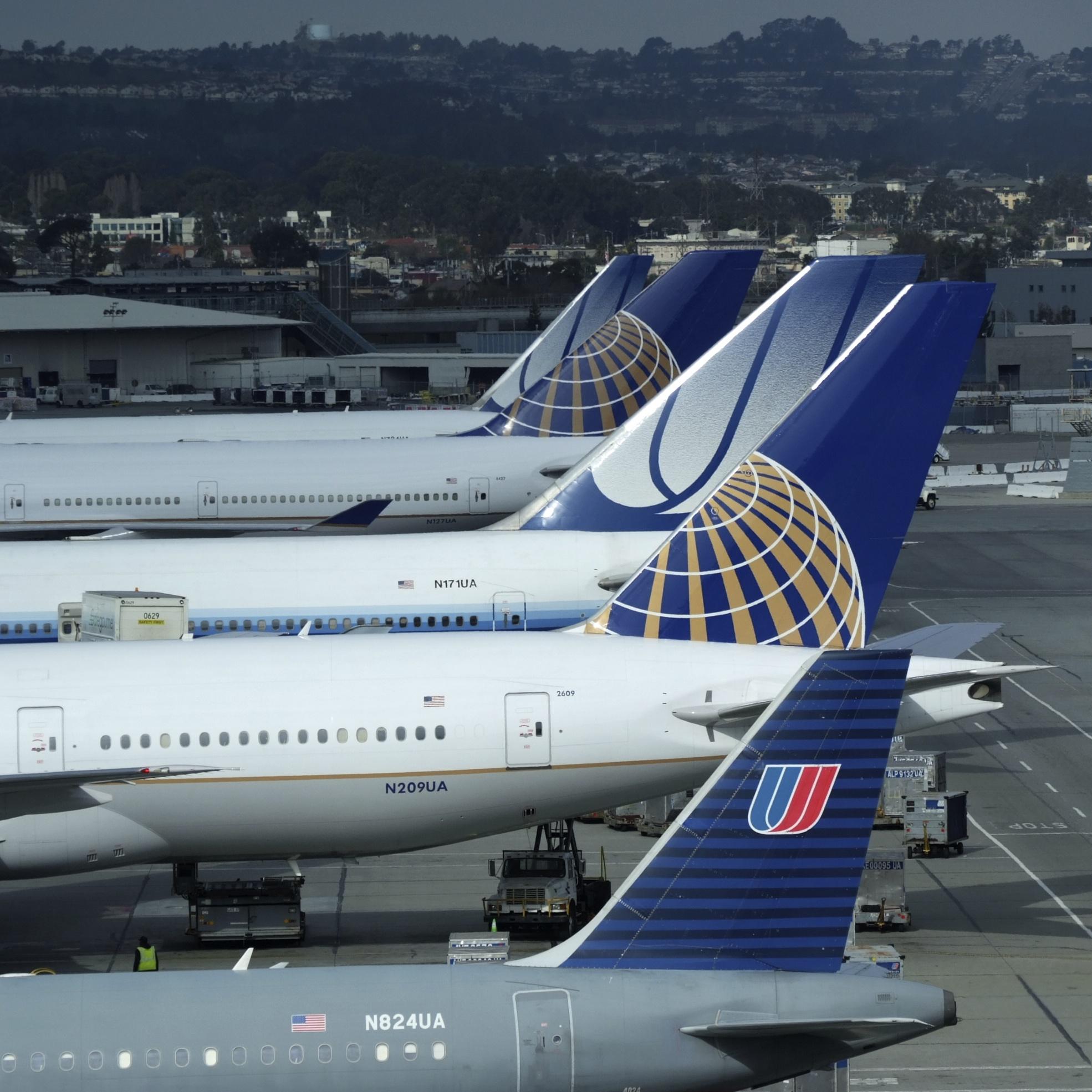 UPDATE 1-United Airlines suspends 2020 guidance on coronavirus uncertainty