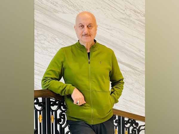 Anupam Kher gives clarification over viral photo, says 'it is not me'