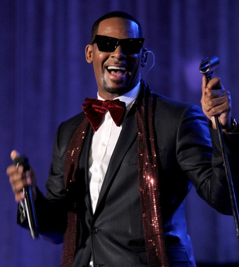 UPDATE 2-R&B singer R. Kelly arrested in Chicago on federal sex-crime charges