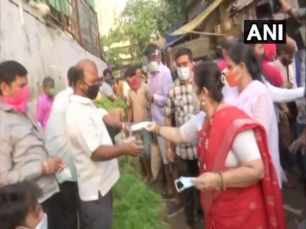 Mumbai Mayor distributes masks to spread awareness as COVID-19 cases surge
