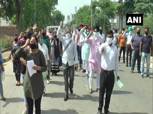Parents protest after school in Ludhiana announces fee hike amid lockdown