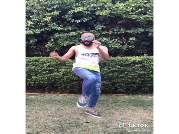 Riteish Deshmukh dances to the tune of 'Dil Mein Baji Guitar' in new TikTok video
