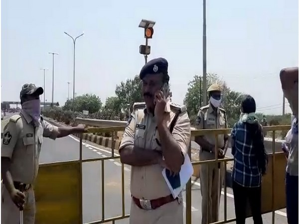 People trying to enter Andhra from Telangana stopped in Jogulamba Gadwal amid lockdown