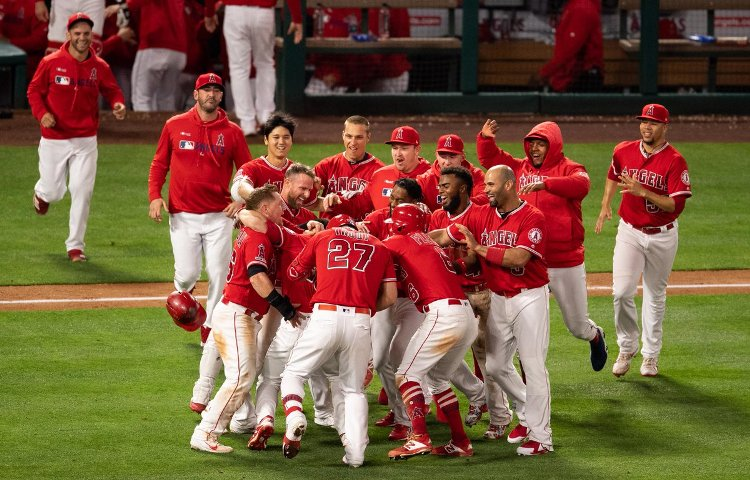 Trout, Angels' offense stay hot in blowout of Mariners