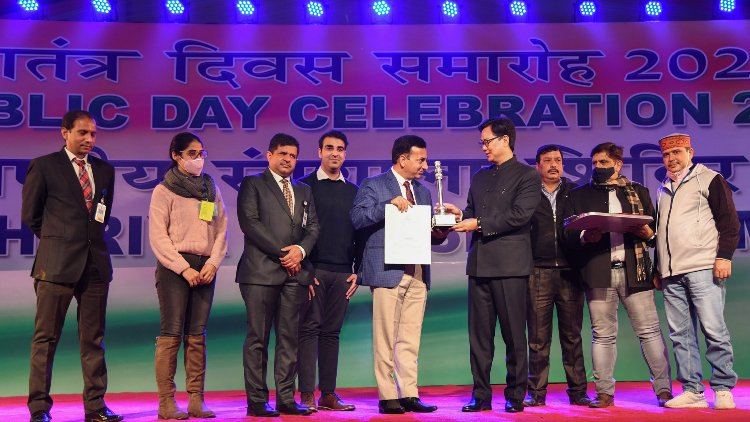 Kiren Rijiju gives away awards to participants of Republic Day Parade 2021