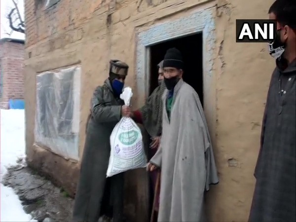 62 Rashtria Rifles distributes food items among needy in Shopian