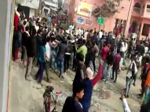 Group supporting CAA clash with anti-CAA protesters in Bihar's Sithamarhi