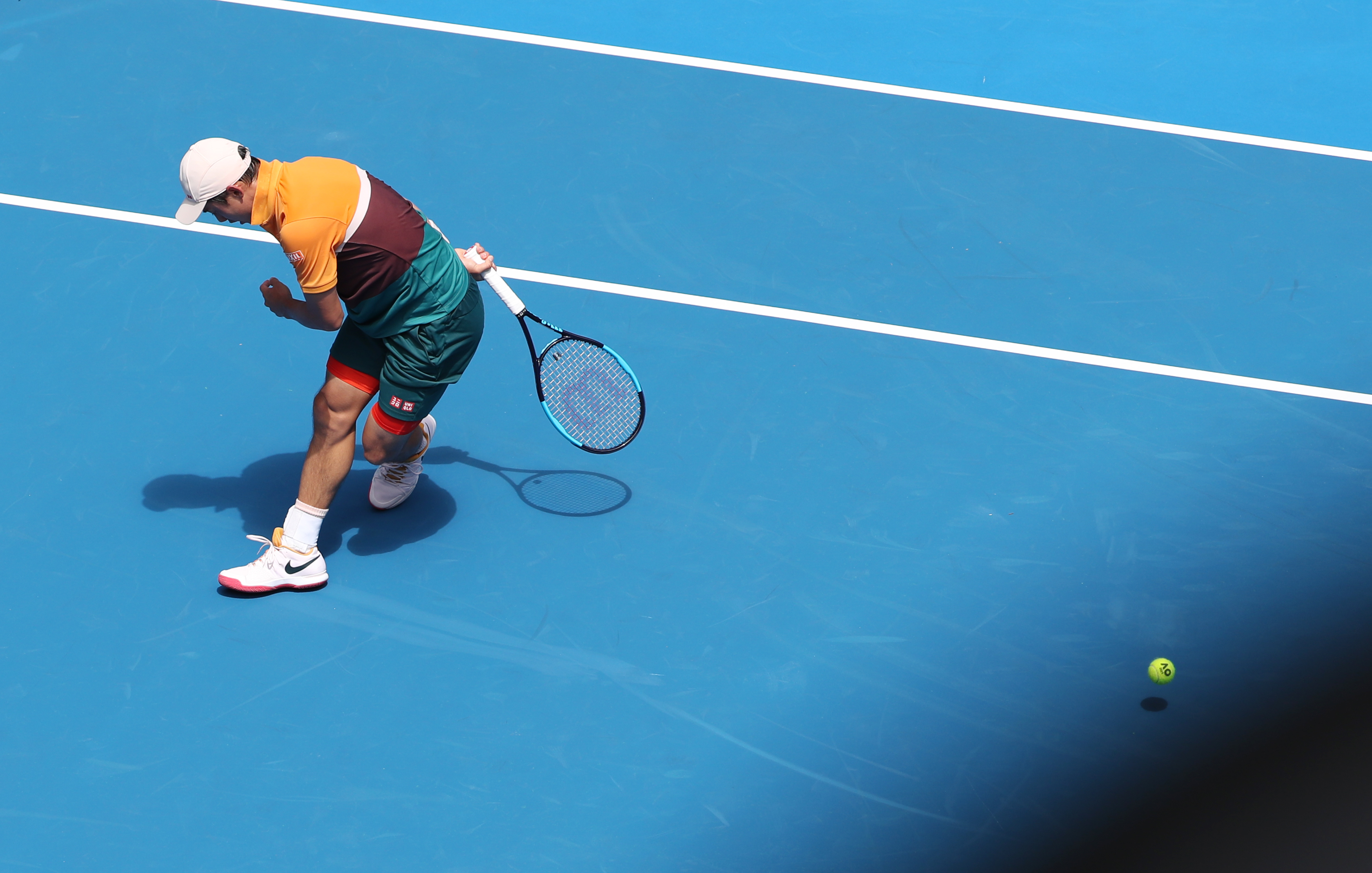 Why tennis players make grunting sounds while playing?